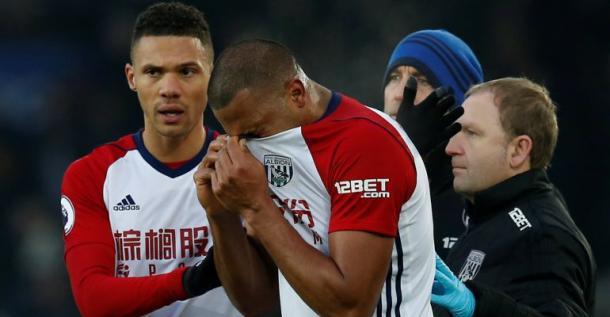 El delantero del WBA, Rondón, abatido tras conocer la grave lesión de McCarthy | Foto: WBA