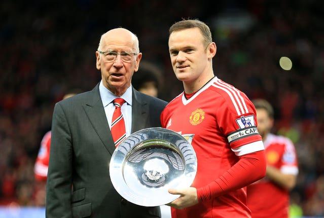 Charlton entregándole a Rooney un premio por el logro de haberse convertido en el mayor goleador del United. Foto: BT
