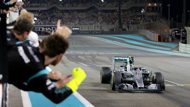Nico Rosberg cruzando la meta primero en 2015. Fuente: F1Fanatic