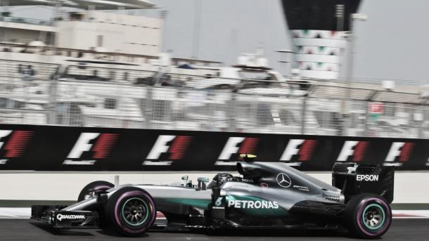 Rosberg rueda con ultrablandos en Yas Marina   Foto: Sutton Images