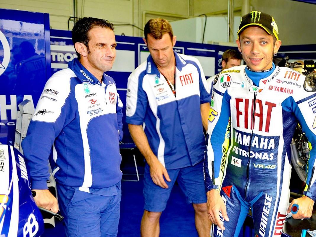 Davide y Valentino Rossi en el box de Yamaha, 2010. | Foto: motogp.com
