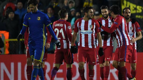 Carrasco, match-winner dell'andata, festeggiato dai compagni. Lo 0-1 di due settimane fa è l'unico precedente tra le due squadre.   Fonte immagine: Goal UK