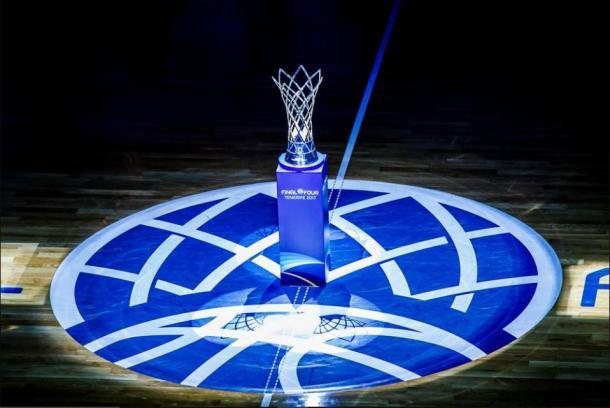 El trofeo luce en el centro de la cancha con el resto del pabellón apagado | Fotografía: BCL.