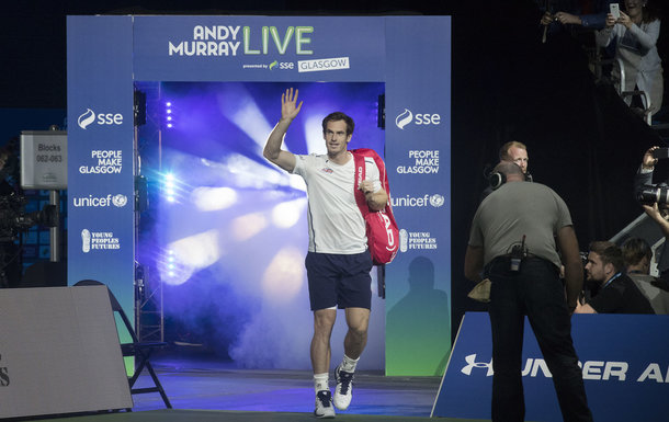 Andy Murray is walks out to a standing ovation (Photo by Steve Welsh/Getty Images)