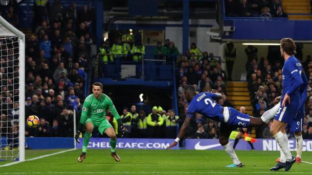 Antonio Rüdiger anotando el único gol del encuentro. Foto: premierleague
