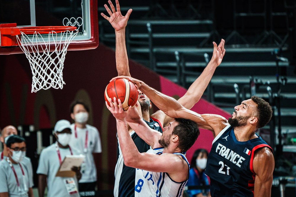 Gobert taponando a Gallinari / Foto : FIBA