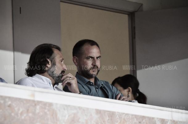 Director general deportivo, Óscar Perarnau, y el director de futbol profesional, Rufete, en el partido ante el Nástic. Foto: Vavel (Tomas Rubia)
