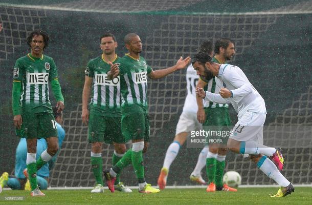 Sérgio Oliveira a festejar o segundo golo, perante a desilusão vilacondense. (Fonte: Getty Images)