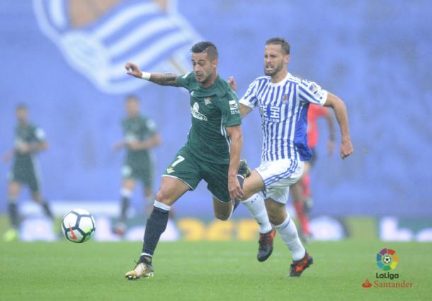 Sergio León intenta irse de Canales. / Foto: La Liga
