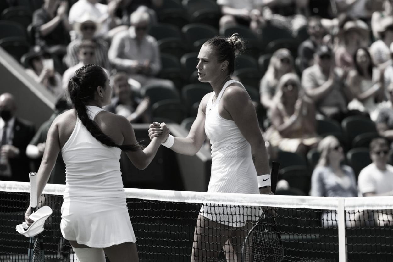 Aryna Sabalenka (derecha) y el saludo final con María Osorio. Foto Wimbledon