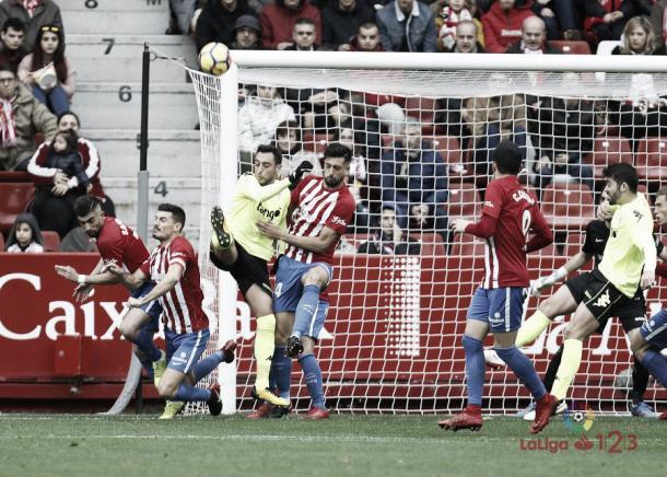Ález Pérez despejando un centro del Córdoba. | Imagen: La Liga 1|2|3.