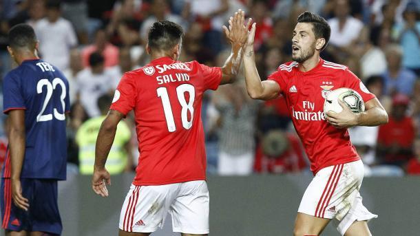 Salvio parabeniza Pizzi pelo gol contra o Lyon, pela Champions Cup. Foto: Divulgação/Benficaa