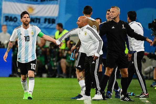Messi cumprimenta Sampaoli (Giuseppe CACACE / AFP)