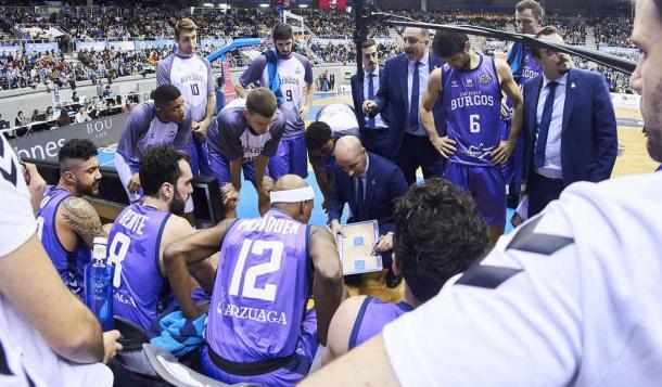 Joan Peñarroya se dirige a sus jugadores durante un tiempo muerto   Foto: San Pablo Burgos