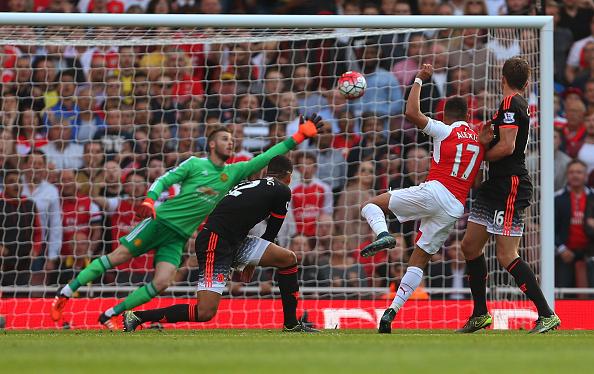 Sánchez marcando um de seus dois gols na vitória por 3 a 0 sobre o United (Foto: Catherine Ivill/Getty Images)