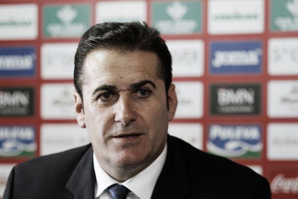 Sandoval dando rueda de prensa con el Granada (FOTO: VAVEL)