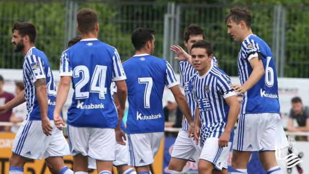 Los jugadores de la Real felicitan a Sangalli por su participación en el primer gol. | Foto: Real Sociedad