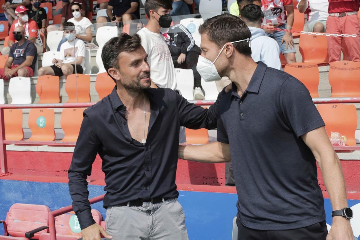 Rubén Albés y <strong><a  data-cke-saved-href='https://vavel.com/es/futbol/2021/08/15/real-sociedad/1082305-la-real-sociead-b-convence-y-promete.html' href='https://vavel.com/es/futbol/2021/08/15/real-sociedad/1082305-la-real-sociead-b-convence-y-promete.html'>Xabi Alonso</a></strong> se saludan antes de arrancer el choque con dos estilos tácticos opuestos