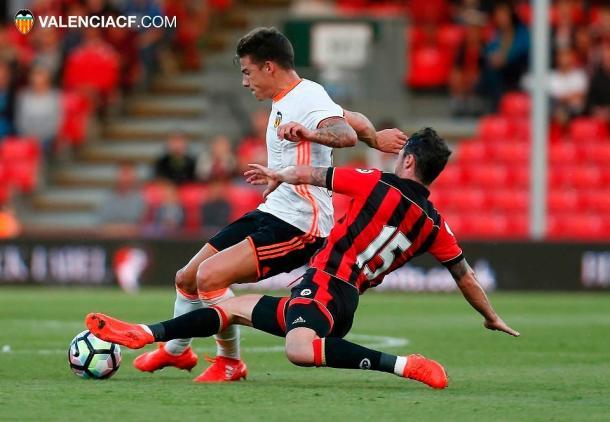 Santi Mina disputa un balón frente al Bournemouth | Fuente: valenciacf.com