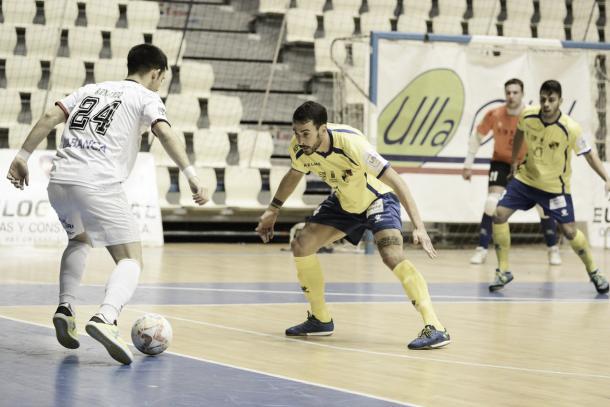Armando intenta progresar en una acción durante el partido | Foo:LNFS