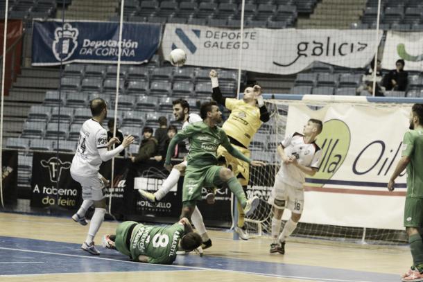 El partido fue muy intenso y las ocasiones de gol se sucedieron continuamente.| Foto:LNFS