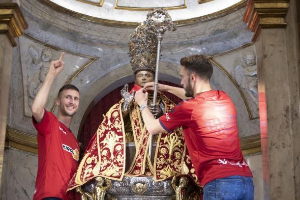 Oier y Torres colocan el pañuelico a San Fermín. Foto: Osasuna