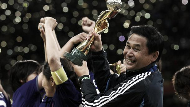 Sasaki with the World Cup trophy. | Photo: FIFA