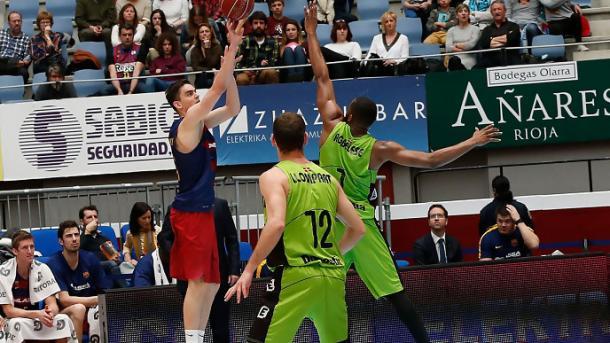 Satoransky lanzando a canasta con la oposición de Agbelese/ Foto: L.García (ACB Photo)