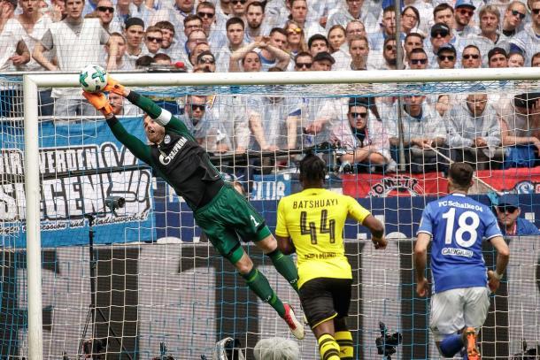 Fährmann salvó la única oportunidad clara del Dortmund | Foto: @s04_es