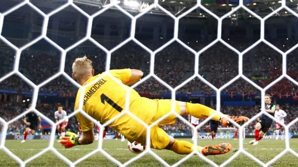 Schmeichel defende pênalti de Modric, nos minutos finais da segunda etapa da prorrogação. Foto: FIFA/Getty Images