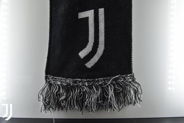 Il nuovo logo della Juventus impresso su una sciarpa | Photo: Juventus.com