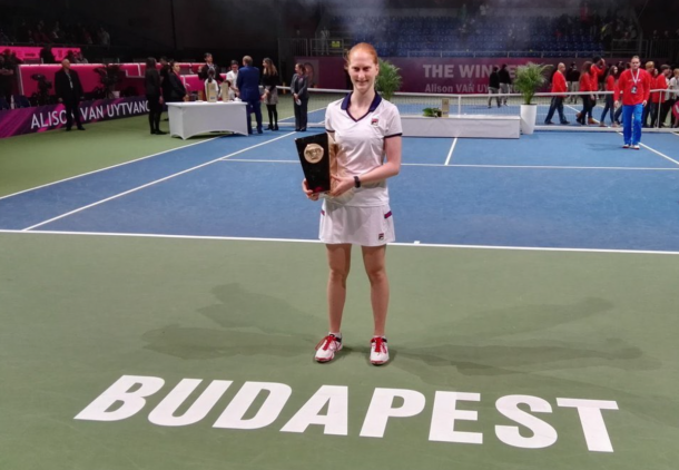 Alison Van Uytvanck poses alongside her title in Budapest | Photo: Tenis_Break Twitter