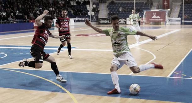 Maico intenta rematar ante la defensa maña | Foto: LNFS