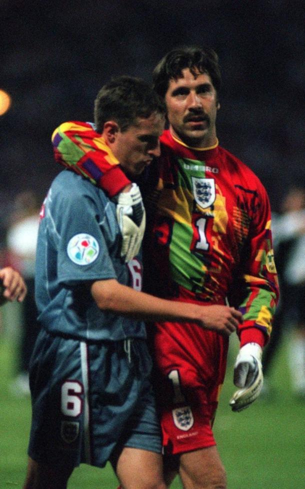 David Seaman consuela a Southgate tras fallar su penalti   Foto: Telegraph