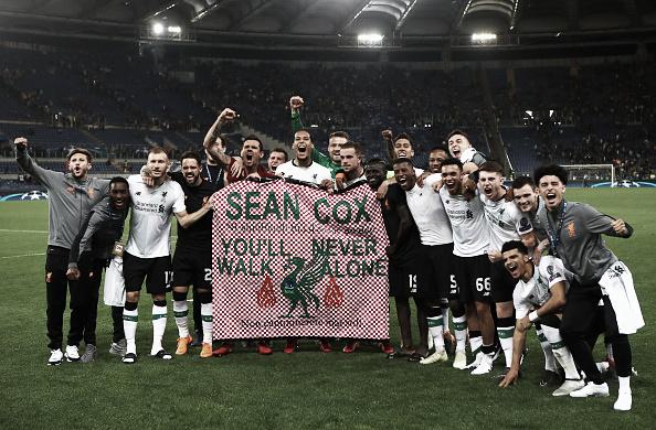 Jogadores homenagearam Sean Cox, torcedor agredido pela vândalos romanos nos arredores de Anfield. Foto: