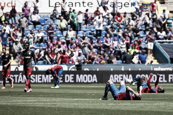 Levante players are left dejected after yet another loss to Athletic Bilbao | Photo: NurPhoto (Getty)
