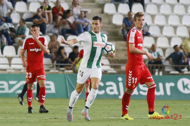 Sergi Guardiola recoge un balón después de anotar un gol | Imagen: LaLiga
