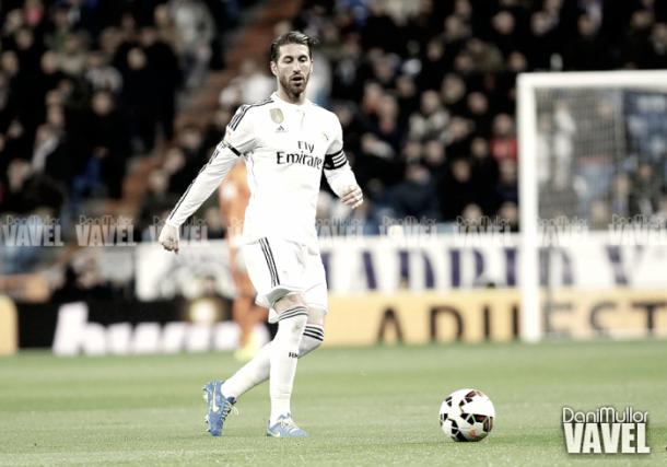 Sergio Ramos maneja el esférico en el Santiago Bernabéu | Foto: VAVEL