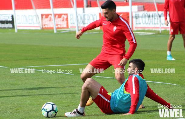 Sergio Álvarez sortea a Santos en una sesión preparatoria | Imagen: Diego Blanco - VAVEL