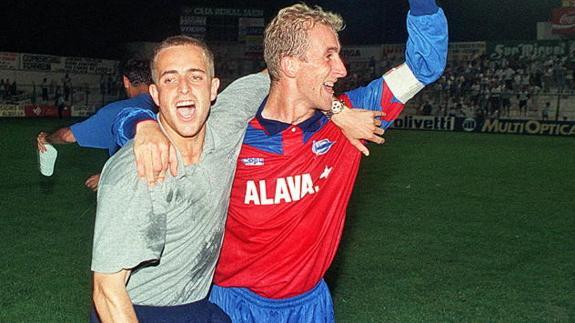 Manolo Serrano y Aitor Arregui, celebrando el ascenso a Segunda. Fuente: glorioso.net