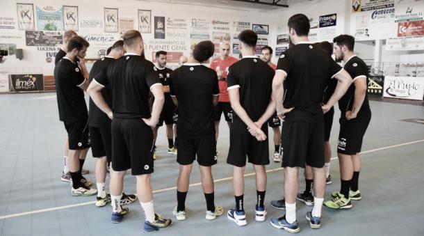 Imagen de la primera sesión de entrenos del AX AVIA Puente Genil. Fuente: www.clubbalonmanopuentegenil.es