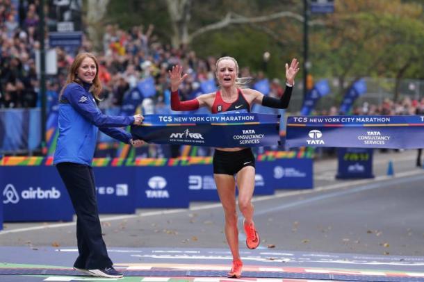 Shalane Flanagan descarga toda su emoción al cruzar la meta en Central Park (Foto AFP)