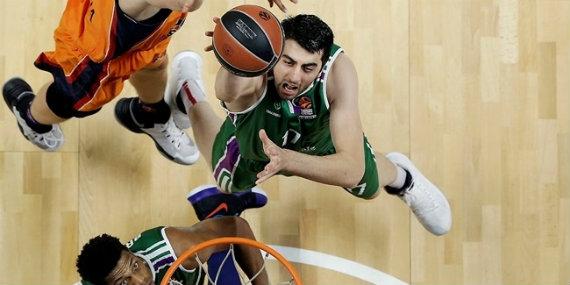 Shermadini tirando a canasta | Fuente: euroleague.com