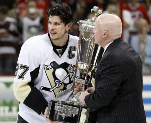 Crosby tocando el trofeo de la Conferencia Este | Foto: THESTAR.com