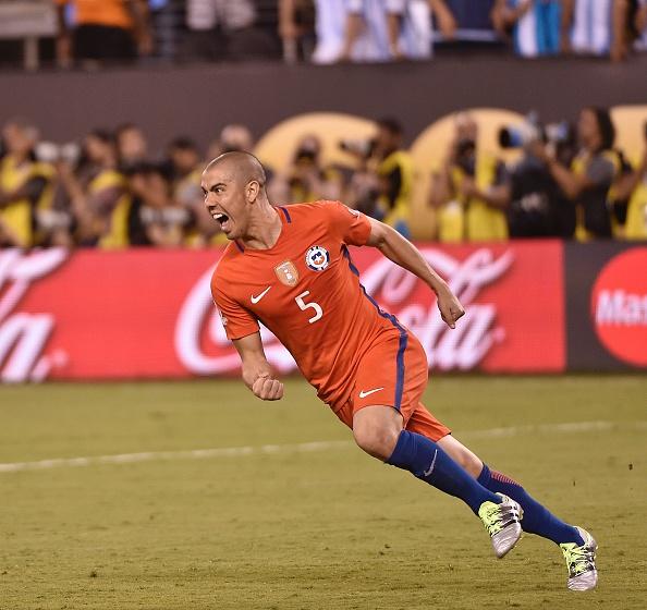 Silva foi o responsável por cobrar o pênalti decisivo e dar mais um título para a Roja (Foto: Getty Images)