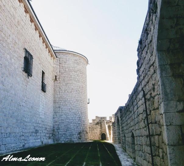 Imagen de la muralla que rodea el Castillo de Simancas. Imagen: AlmaLeonor