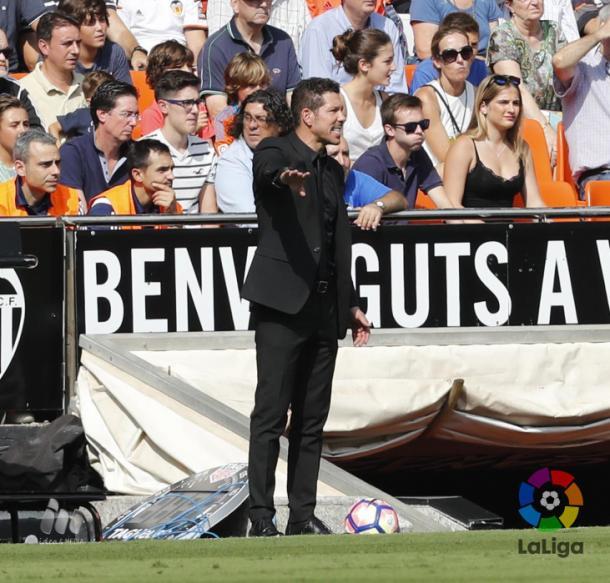Simeone dando órdenes en Mestalla. (Foto: LFP)