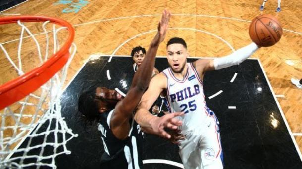 Simmons vola al ferro - Foto tratta da Twitter (Philadelphia 76ers News)