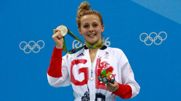 Siobhan-Marie O'Connor proudly displays her silver medal from the women's 200m individual medley. | Photo: Getty Images