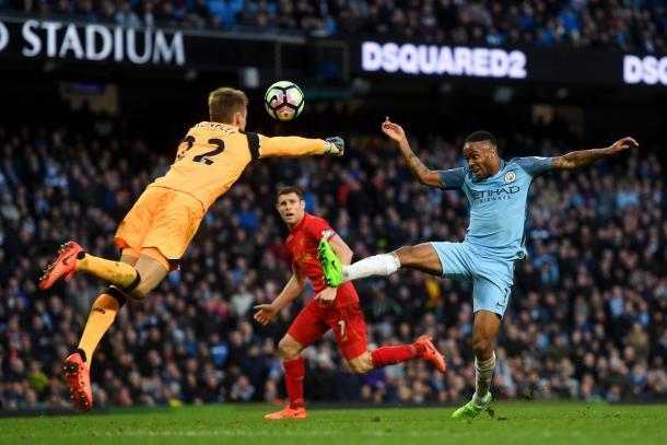 Mignolet saliendo de puños ante Sterling durante el City - Liverpool de la temporada pasada (premierleague.com)
